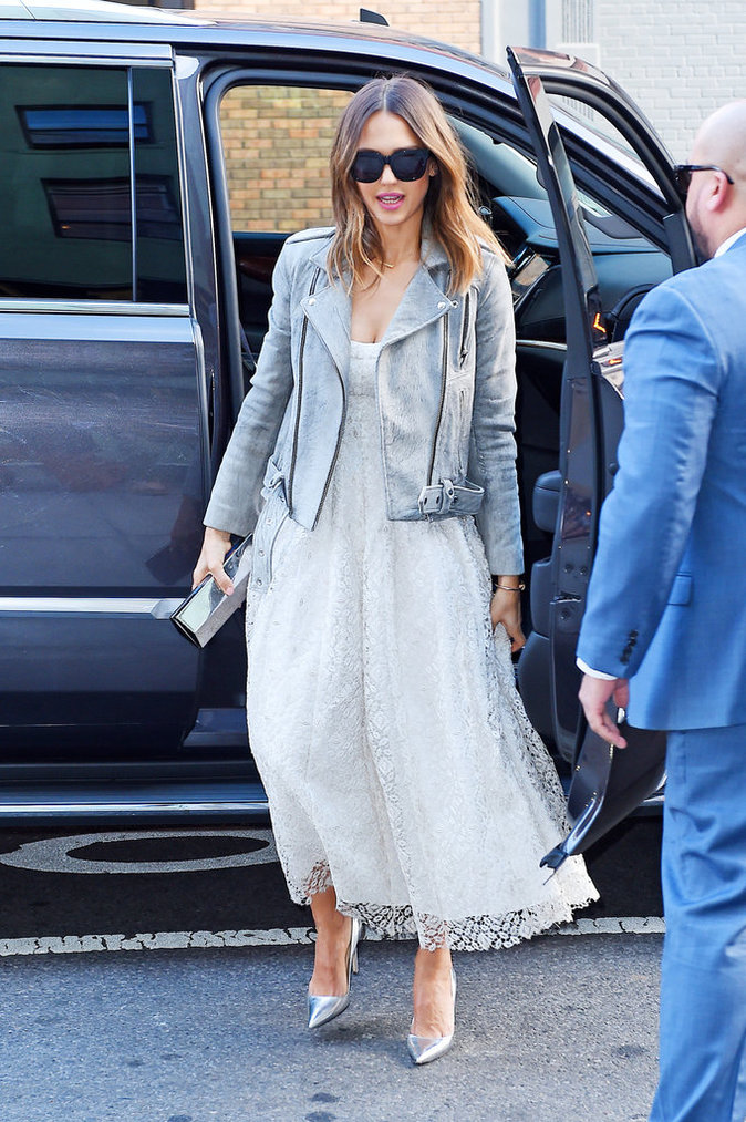 Jessica Alba a opté pour une robe blanche mi-longue