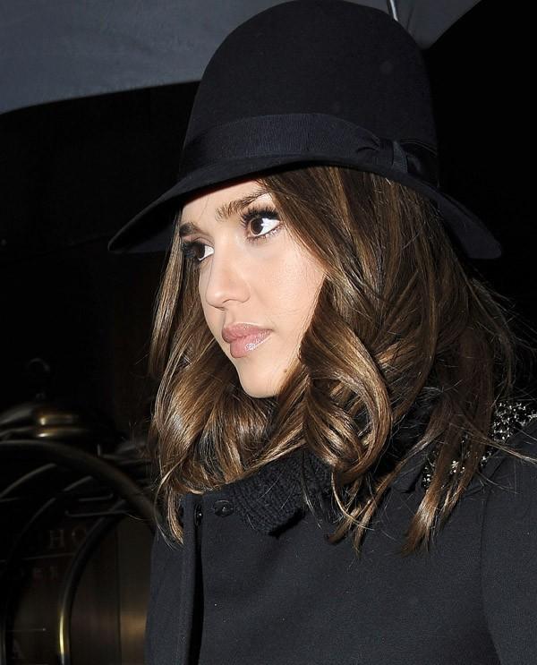 Elle porte très bien ce petit chapeau !