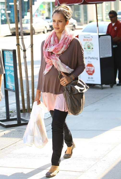 Jessica Alba faisant du shopping à Beverly Hills, le 16 juin 2011.