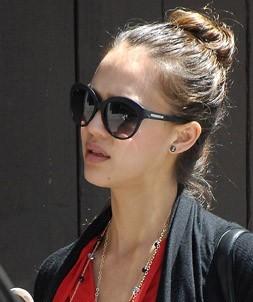 Elle a quand même gardé ses lunettes de soleil hollywoodiennes !