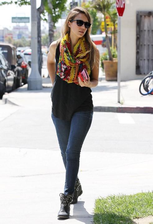 Jessica Alba dans les rues de Santa Monica le 30 mai 2013