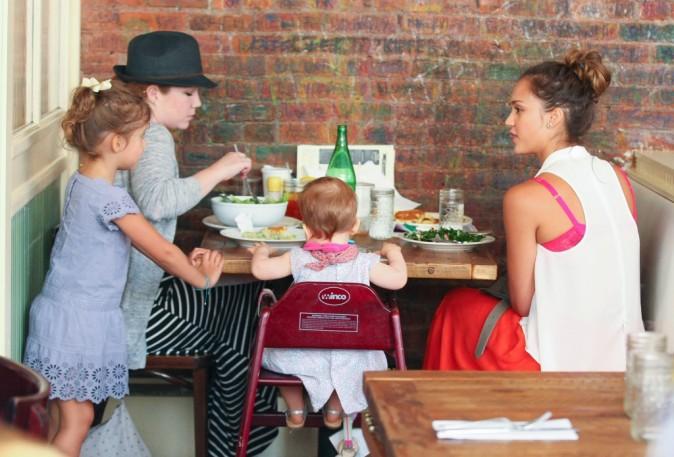 Jessica Alba et ses filles dans le restaurant Bubby's à New York, le 24 juillet 2012.