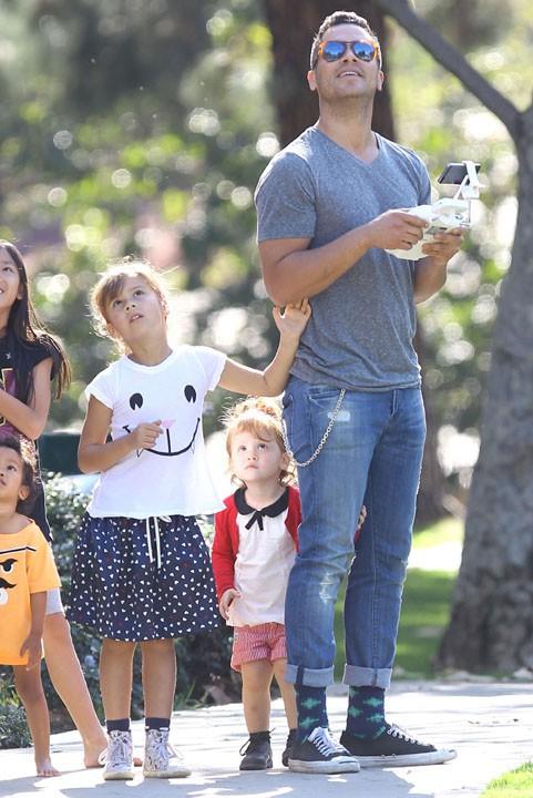Jessica Alba en famille à Beverly Hills le 25 janvier 2014