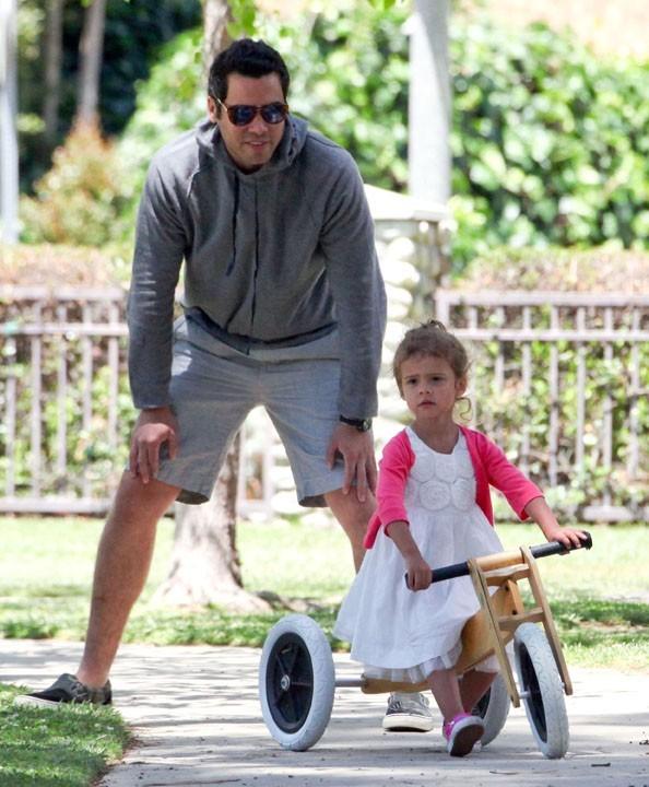 Pendant que fille et mari font du vélo ...
