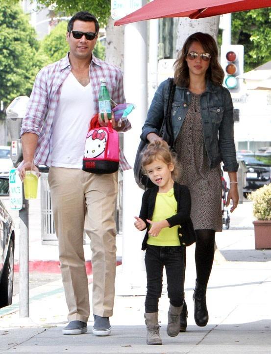 Photos jessica alba heureuse avec sa famille et tr s for Sortie en famille yvelines