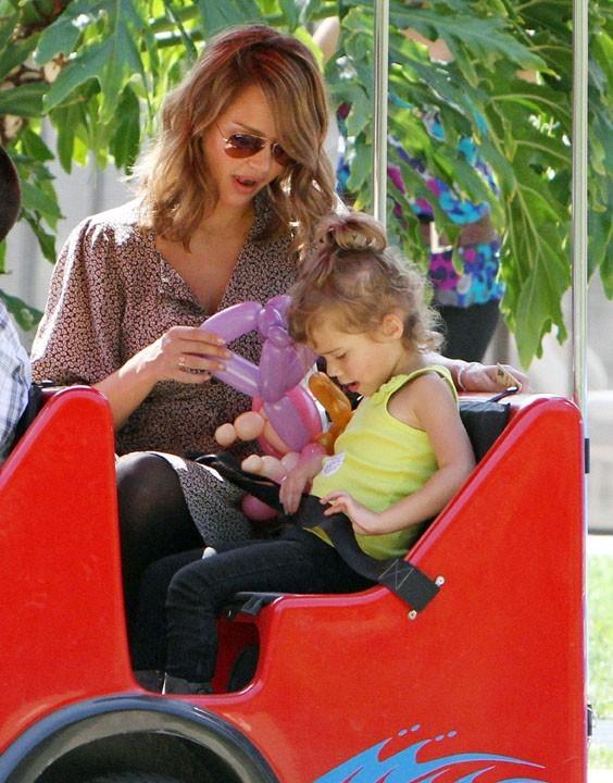 Photos jessica alba heureuse avec sa famille et tr s amincie - Tchou tchou le train ...