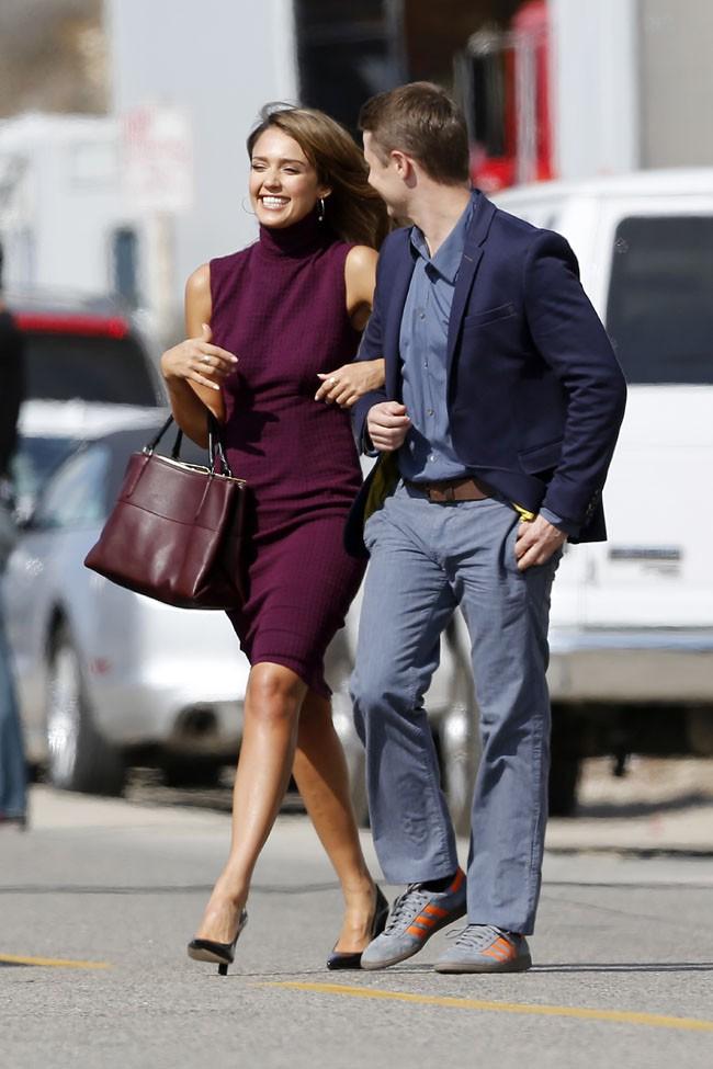 Jessica Alba avec Ben McKenzie sur le tournage d'How To Make Love Like An English Man à Malibu le 4 novembre 2012