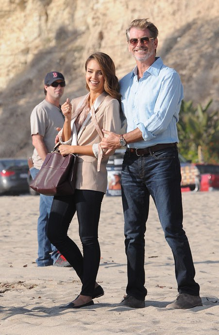 Jessica Alba avec Pierce Brosnan sur le tournage d'How To Make Love Like An English Man à Malibu le 4 novembre 2012