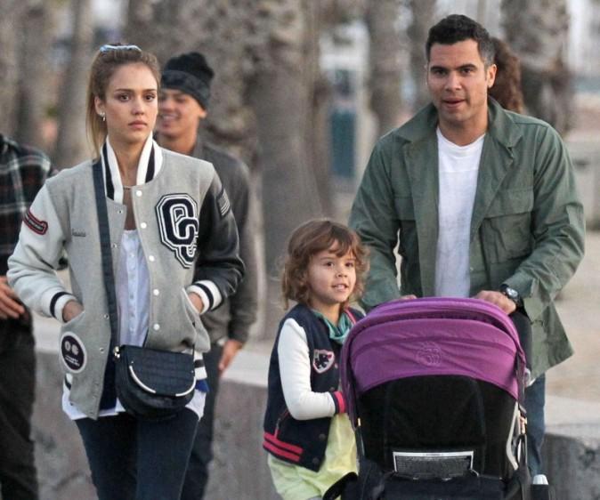Jessica Alba en famille à Santa Monica, le 17 février 2013.