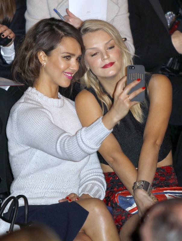 Jessica Alba et Kelly Sawyer au défilé Nina Ricci, le 27 février 2014.