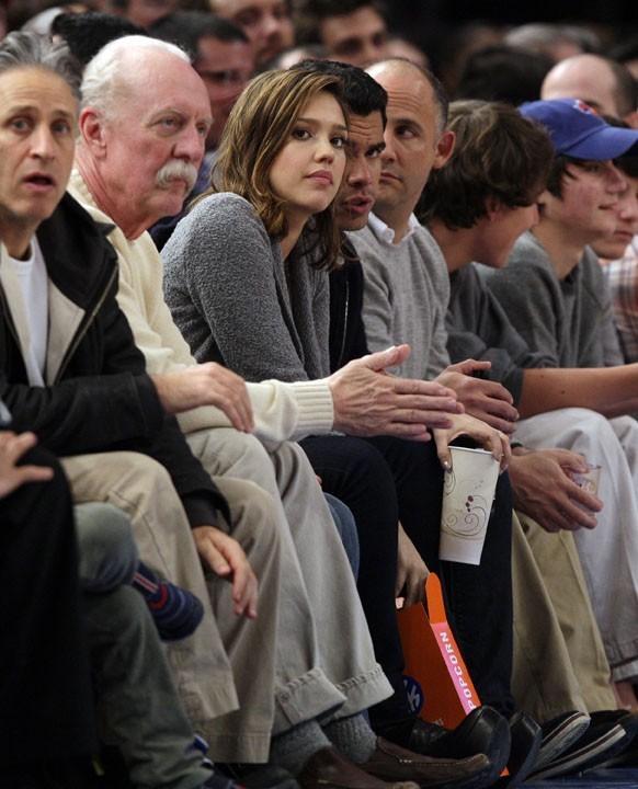 Très attentive devant le match de NBA !