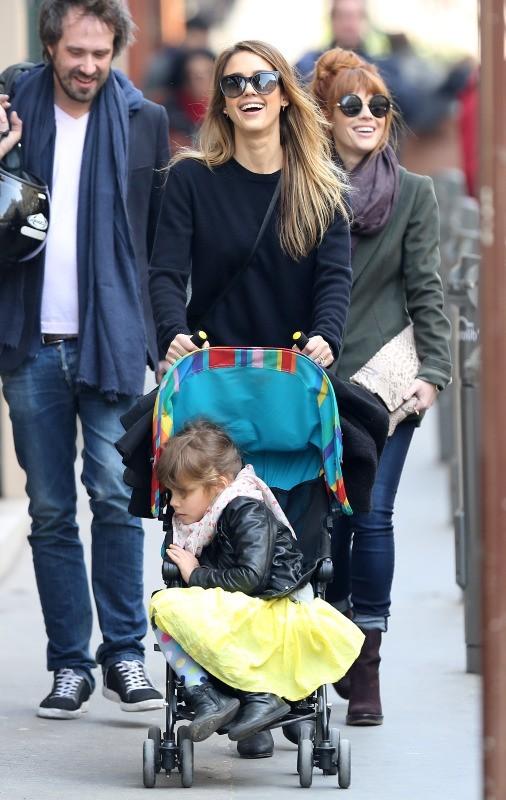Jessica Alba et sa fille Honor Marie au jardin du Luxembourg à Paris le 4 mars 2013