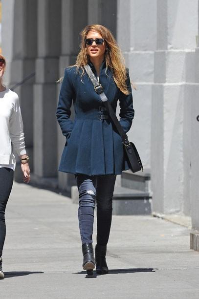 Jessica Alba en famille à New-York le 5 mai 2013
