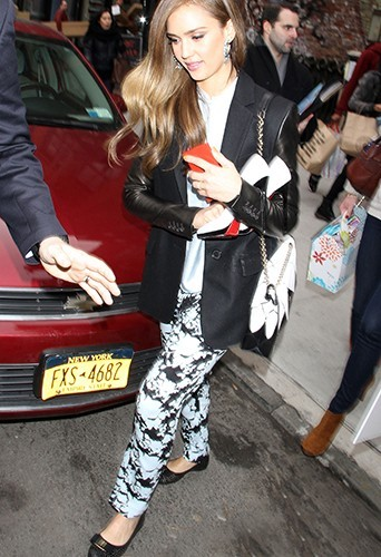 Photos : Jessica Alba : perchée sur des talons toute la journée, elle en fait tout un plat !