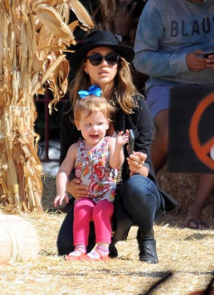 Jessica Alba en famille chez Mr Bones Pumpkin Patch, à Los Angeles, le 20 octobre 2013