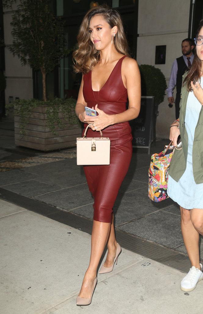Jessica Alba en sublime robe cuir rouge à New York ce jeudi 25 août