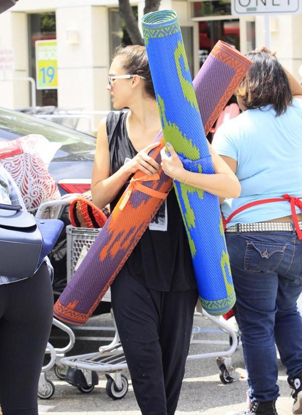 Jessica Alba en plein chantier à Los Angeles le 16 juin 2012