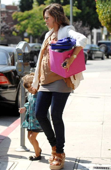 La petite fille contente de revoir sa maman chérie !
