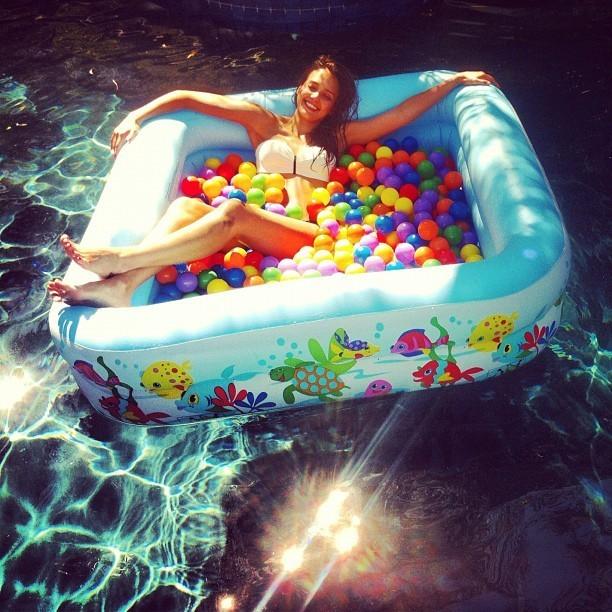Jess s'amuse comme une folle dans la piscine de balles