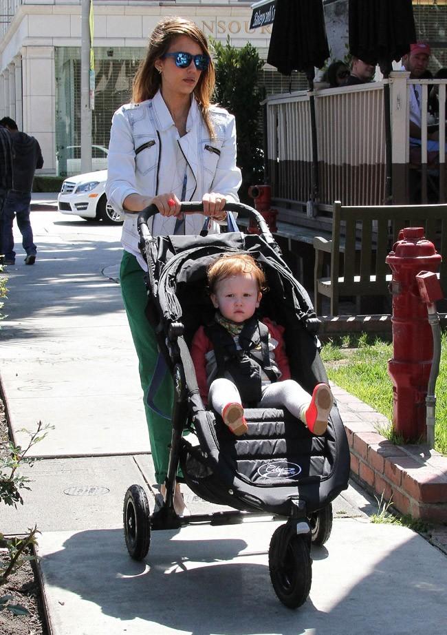 Jessica Alba avec ses filles Honor Marie et Haven Grace à Los Angeles le 30 mars 2013