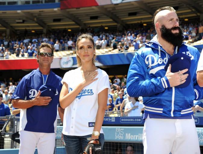 Jessica Alba entonne l'yhmne national avant le match des Dodgers de Los Angeles, le 18 août 2014.