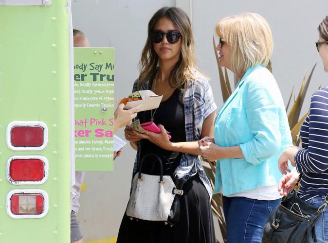 Jessica Alba : un déjeuner avec ses collègues au food truck du coin... En toute simplicité !