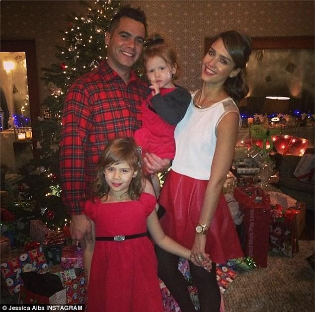 Jessica Alba en famille lors du réveillon de Noël, le 24 décembre 2013.