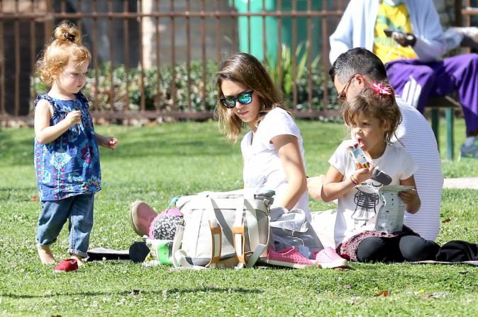 Jessica Alba en famille dans un parc de Los Angeles, le 17 février 2014.