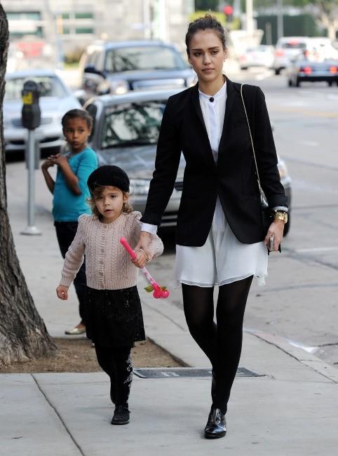 Jessica Alba et sa fille Honor à Los Angeles, le 18 décembre 2011.