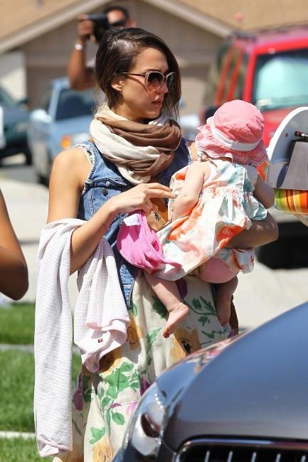 Jessica Alba en famille en Californie, le 8 avril 2012.