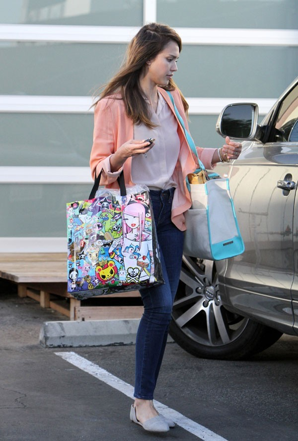 Jessica Alba à la sortie de son bureau de Los Angeles le 22 juin 2012