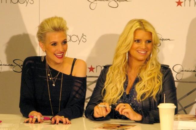 Ashlee et Jessica Simpson le 10 novembre 2012 à Costa Mesa, en Californie