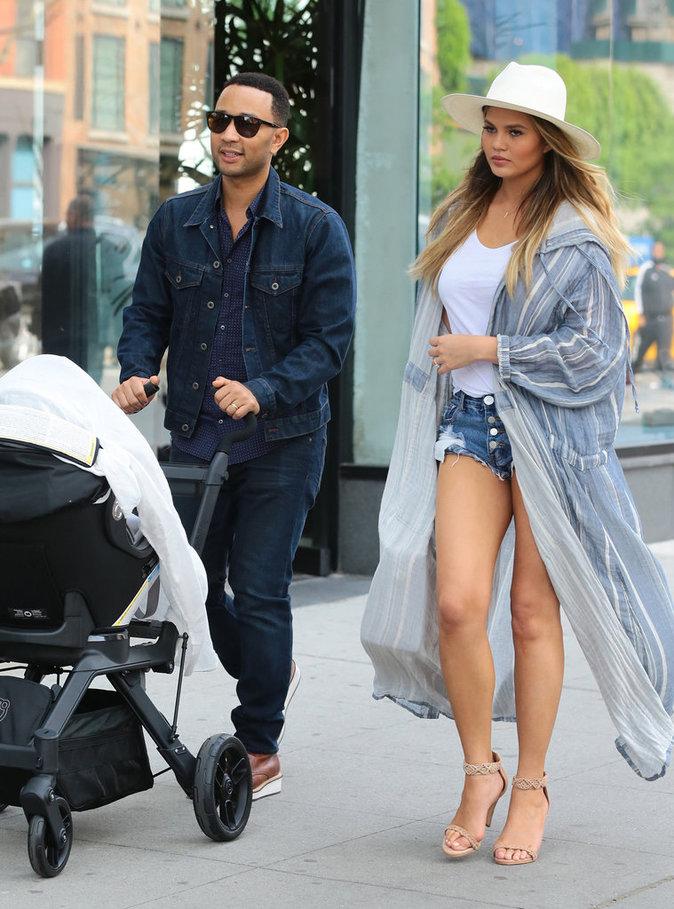 John Legend et Chrissy Teigen avec leur petite fille Luna à New York ce week-end