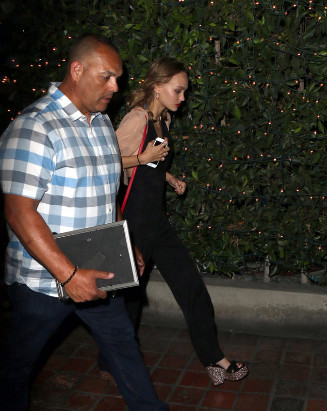 La fille de Johnny Depp à la sortie du restaurant