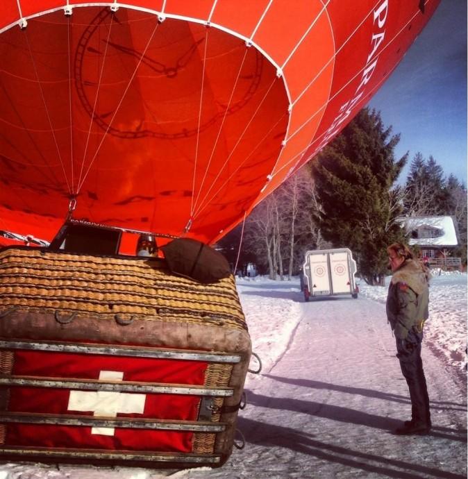 Le chanteur contemple la montgolfière avant le départ.