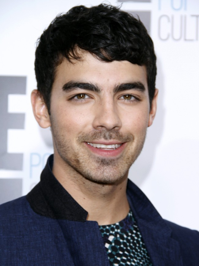 Joe Jonas maîtrise la barbe de trois jours