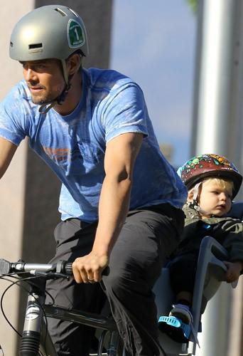 Photos : Josh Duhamel : il débute 2015 sur les chapeaux de roue avec son petit Axl !