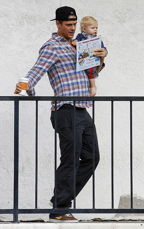 Josh Duhamel va déjeuner avec son adorable Axl. Mais quand Fergie s'occupe-t-elle de son fils ?