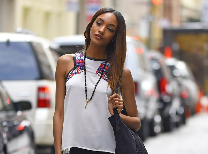 Jourdan Dunn : frileuse ? T�tons qui pointent en plein shooting !