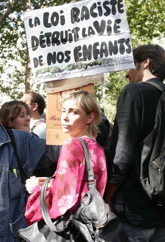 L'actrice française Emmanuelle Béart est depuis longue date une fervente militante pour le droit des sans-papiers.