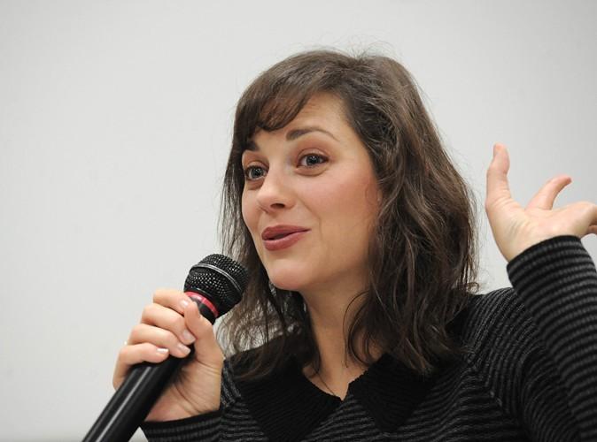 Marion Cotillard est militante écologique auprès de Greenpeace. Elle est également marraine pour la Fondation Maud Fontenoy.