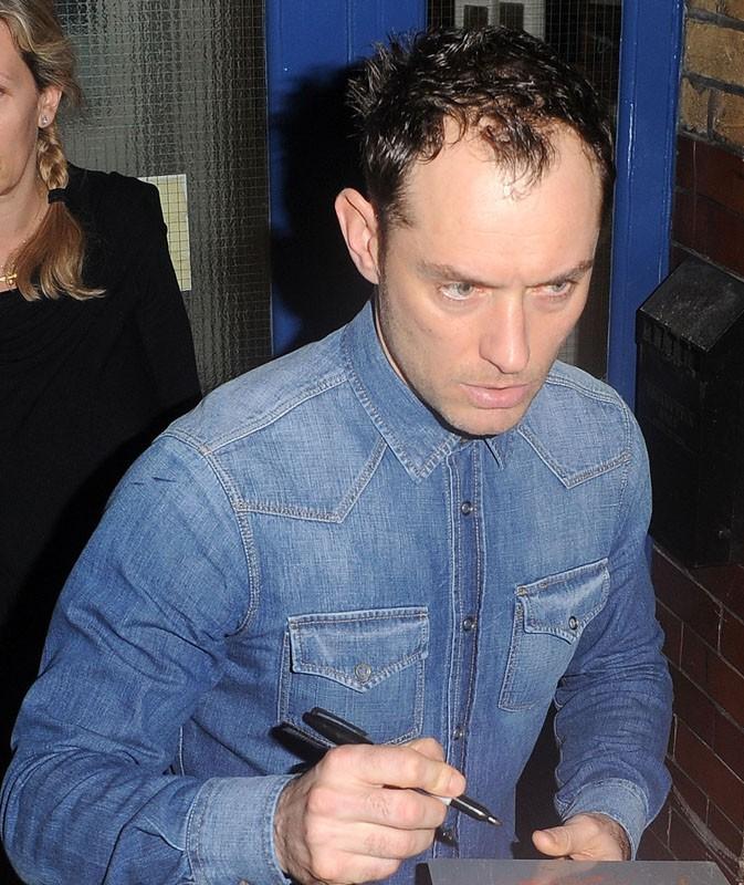 Jude Law à la sortie du théâtre, à Londres