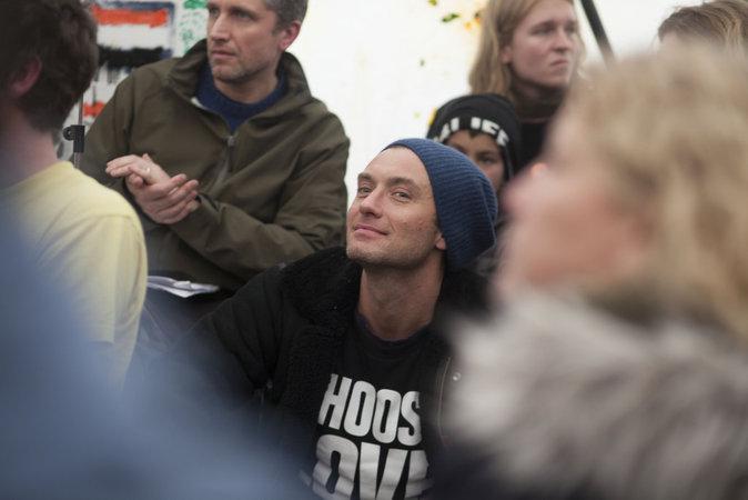 Photos : Jude Law visite la Jungle de Calais pour dénoncer le sort des migrants