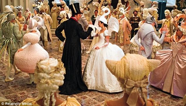 Lily Collins dans les premières images du film Blanche-Neige.