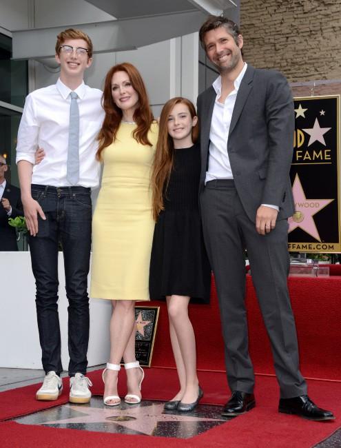 Julianne Moore en famille sur le Walk of Fame à Hollywood, le 3 octobre 2013.