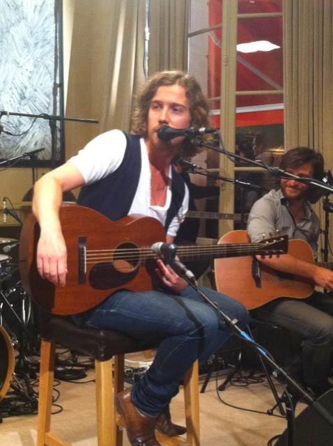 Julien Doré lors de son concert pour l'émission Talent Tout Neuf, le 17 juin 2011.