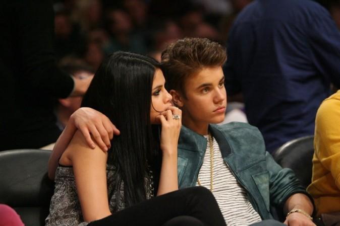 Justin Bieber et Selena Gomez, au premier rang pour assister à un match de basket !