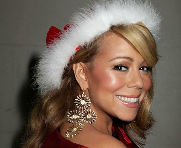 Mariah a renfilé son costume de Mère Noël !