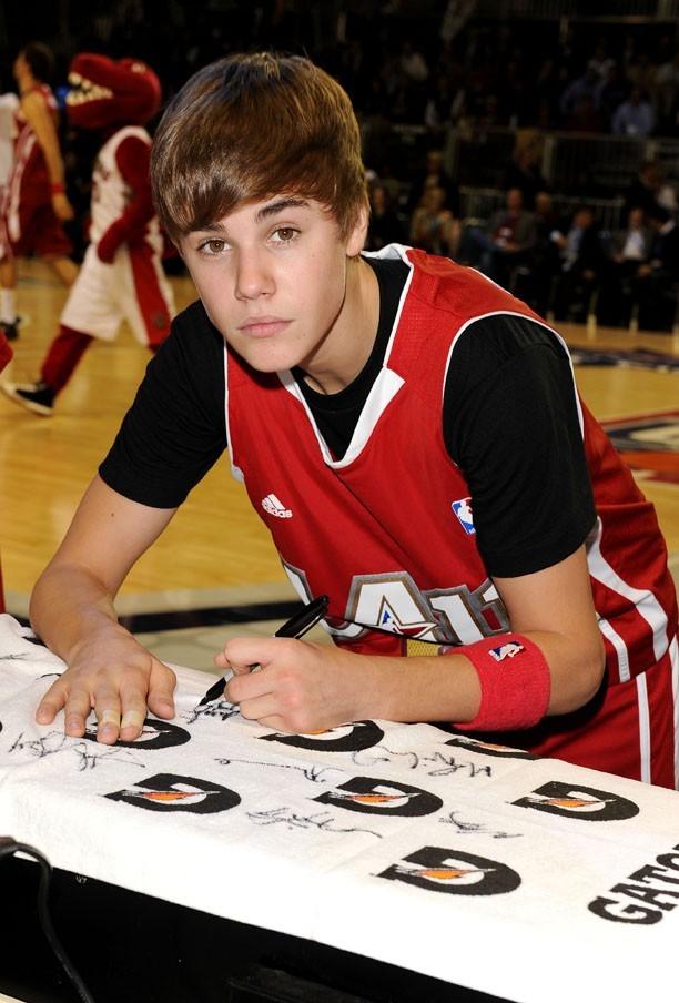 Il trouve toujours le temps de signer des autographes ...