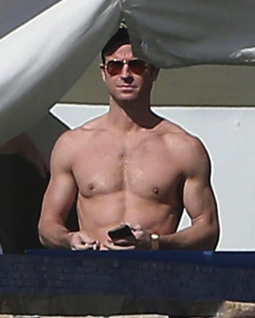 Photos : Justin Theroux : tout en muscles pour ses vacances de l'amour avec Jennifer Aniston !